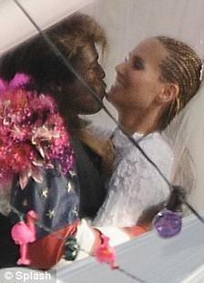 9 мая Хайди Клум и Сил устроили празднование в стиле ретро в честь четвертой годовщины со дня своей свадьбы.
